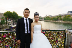 Bröllopfoto i mitt av Paris Royaltyfri Fotografi