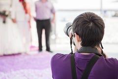 Bröllopfotograf i handling Arkivbild