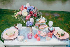 Bröllopgarnering i stilen av bohoen, blom- ordning, dekorerad tabell i trädgården Festlig tabell som tjänas som för två Royaltyfria Bilder