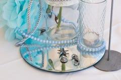 Bröllopgarnering i vitblått i ett nautiskt tema royaltyfri foto