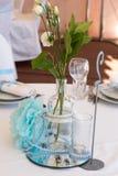 Bröllopgarnering i vitblått i ett nautiskt tema arkivbilder