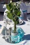 Bröllopgarnering i vitblått i ett nautiskt tema royaltyfri fotografi
