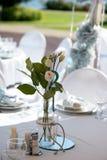 Bröllopgarnering i vitblått i ett nautiskt tema royaltyfria foton