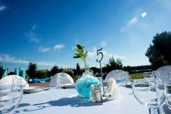 Bröllopgarnering i vitblått i ett nautiskt tema arkivfoto