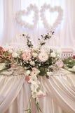 Bröllopgarnering med nya blommor royaltyfri bild