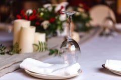 Bröllopgarnering och sköta om på sommargatan royaltyfri bild