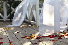 Bröllopgarnering och sköta om på sommargatan royaltyfri fotografi