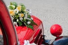 Bröllopgarnering på bröllopbilen royaltyfri bild