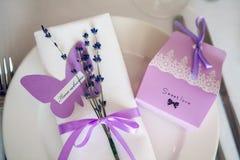 Bröllopgarneringar på brölloptabellen Royaltyfri Fotografi
