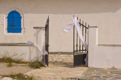 Bröllopgarneringar på den kyrkliga porten Fotografering för Bildbyråer