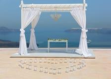 Bröllopgarneringar på ett bakgrundshav Arkivbild