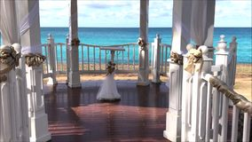 Bröllopgazeboen ställde in för en borgerlig ceremoni i en tropisk sjösidaträdgård på en karibisk ö arkivfilmer