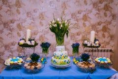 Bröllopgodisstång med kakan Royaltyfria Foton