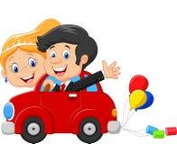 Bröllopinbjudan med den roliga bruden och brudgummen på bilkörning till deras bröllopsresa vektor illustrationer
