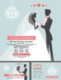 Bröllopinbjudan med tecknad filmbruden, brudgum, ljuskrona Royaltyfri Foto