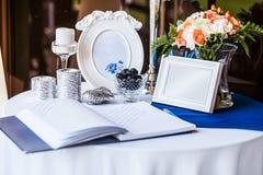 Bröllopinbjudan på tabellen royaltyfria bilder