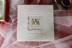 Bröllopinbjudankort med guld- bokstäver closeup Fotografering för Bildbyråer