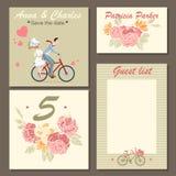 Bröllopinbjudankort och etiketter med en blom- modell och illustration av ett par på en cykel Royaltyfria Foton