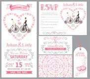 Bröllopinbjudanuppsättning Brud brudgum, retro cykel, rosa dekor Arkivfoto