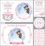 Bröllopinbjudanuppsättning Kyssande brud, brudgum, rosa hjärtadekor Royaltyfria Bilder