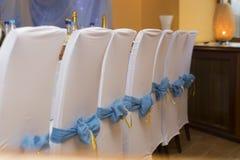 Bröllopinre med rad av stolar Arkivfoto