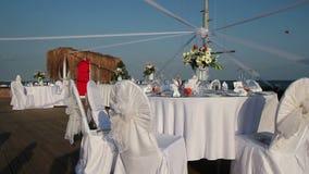 Bröllopinställning på stranden arkivfilmer