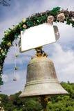 Bröllopklocka och dekorativa blommor Royaltyfria Foton
