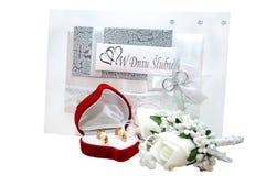 Bröllopkortet isoleras från vit Arkivbilder