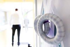 Bröllopkrans som dekorerar dörren arkivfoton