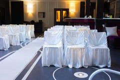 Bröllopmötesplats med dekorativa vita stolar Royaltyfri Foto