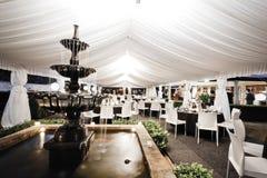 Bröllopmötesplatsinre med springbrunnen Royaltyfri Fotografi