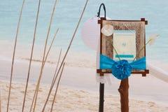 Bröllopmeddelande på det tropiska havet och stranden Royaltyfria Bilder