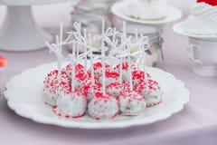 Bröllopmellanmål på tabellen söta kakor fotografering för bildbyråer