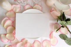 Bröllopmenymodell med rosa och kronblad Arkivfoton