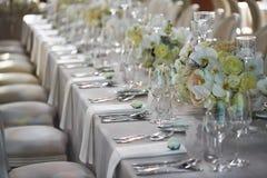 Bröllopmottagande med blom- ordning av vita orkidér Arkivfoton