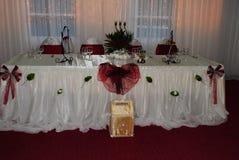 Bröllopordning med vita och röda stolar som väntar G-gäster fotografering för bildbyråer