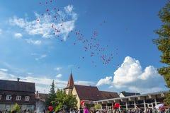Bröllopparti och ballons i den gamla staden av Gengenbach Royaltyfri Bild