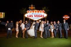 Bröllopparti på det Las Vegas tecknet Fotografering för Bildbyråer