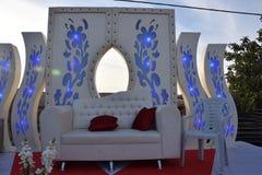 Bröllopplats med en vit soffa och flo Royaltyfri Foto