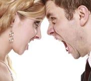 Bröllopraseripar som skriker, förhållandesvårigheter Arkivfoton