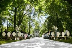 Bröllopregistrering som är härlig i natur Vit- och guldstolar för att besöka registreringen, vita blommor för utgången royaltyfri fotografi