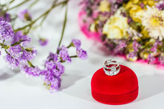 Bröllopriings i röd ask arkivfoto