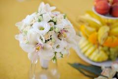 Bröllopro och Orchidsbukett Arkivfoton