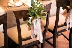 Bröllopsammansättning av gräsplanen på en stol Arkivbild