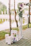 Bröllopsammansättning för öppen luft Delen av den blommabröllopbågen och tappningen boxas med stearinljus Royaltyfri Fotografi