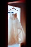 Bröllopsklänning i huset som är readdy för den stora D-dagen Royaltyfria Foton