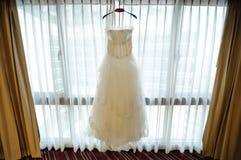 Bröllopsklänning i rum Royaltyfri Foto
