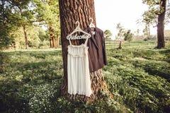 Bröllopsklänning i skogen fotografering för bildbyråer