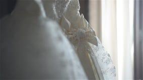 Bröllopsklänning inomhus stock video