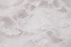 Bröllopsklänning med modellen i vit bakgrund Fotografering för Bildbyråer